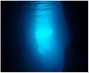 青の洞窟 今や本島ダイビングの看板になった青の洞窟!幻想的な青を体験できます。今や... 沖縄の